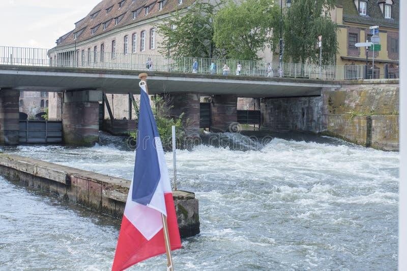 Drapeau français d'un bateau sur le canal à Strasbourg France images libres de droits