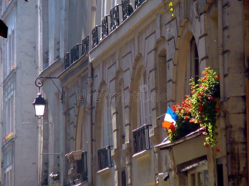 Drapeau français dans la fenêtre de Paris image libre de droits