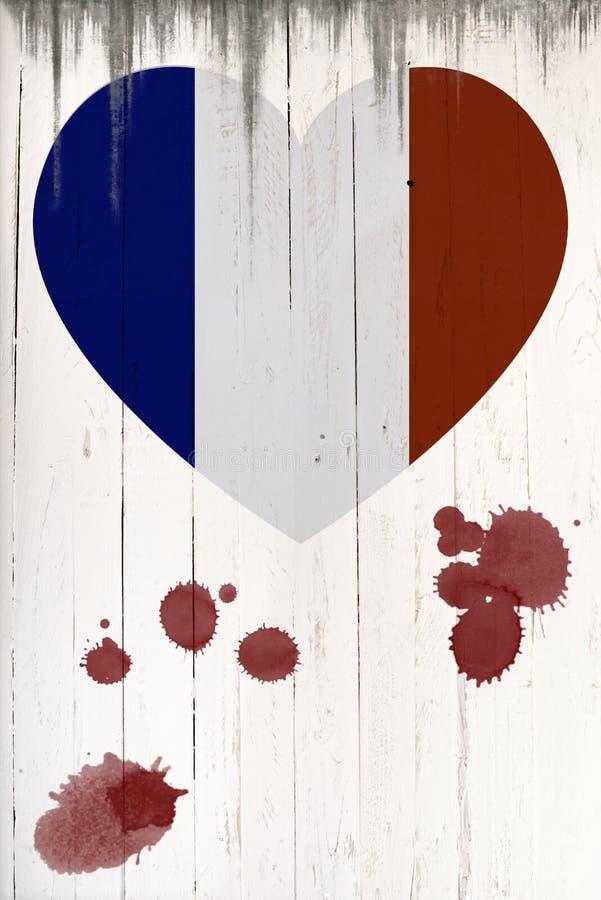 Drapeau français dans la forme de coeur sur un vieux conseil en bois blanc image stock