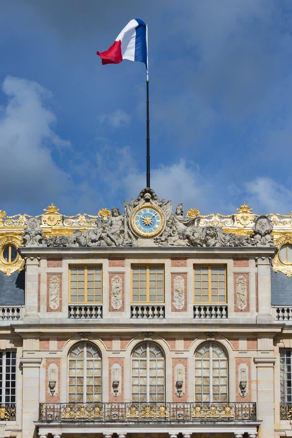 Drapeau français dans le dessus du palais Versailles près de Paris image stock