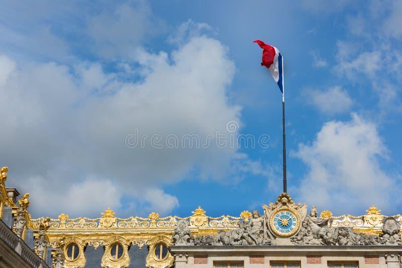 Drapeau français dans le dessus du palais Versailles près de Paris image libre de droits
