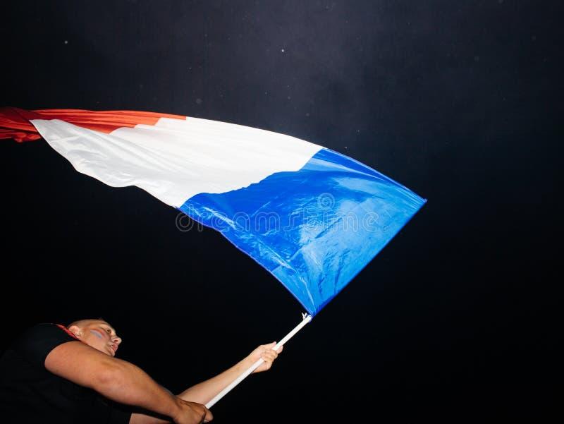 Drapeau français de ondulation après la victoire des Frances pour le monde final de la FIFA photos libres de droits