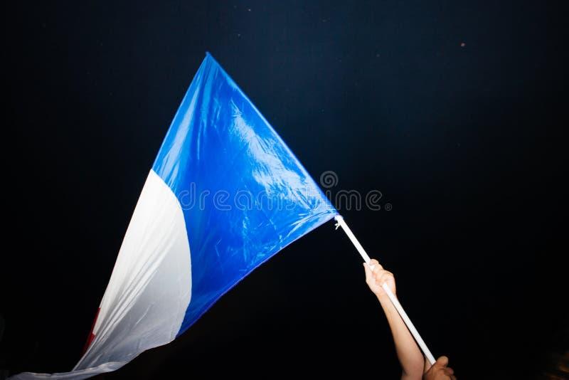 Drapeau français de ondulation après la victoire des Frances pour le monde final de la FIFA images libres de droits