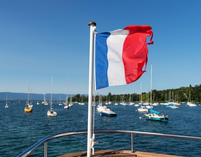 Drapeau français de ondulation sur un bateau photographie stock libre de droits