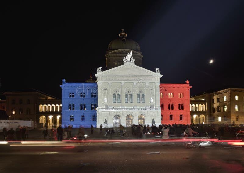 Drapeau français de projection sur Bundesplatz La vague de la solidarité pour les victimes à Paris berne photographie stock libre de droits