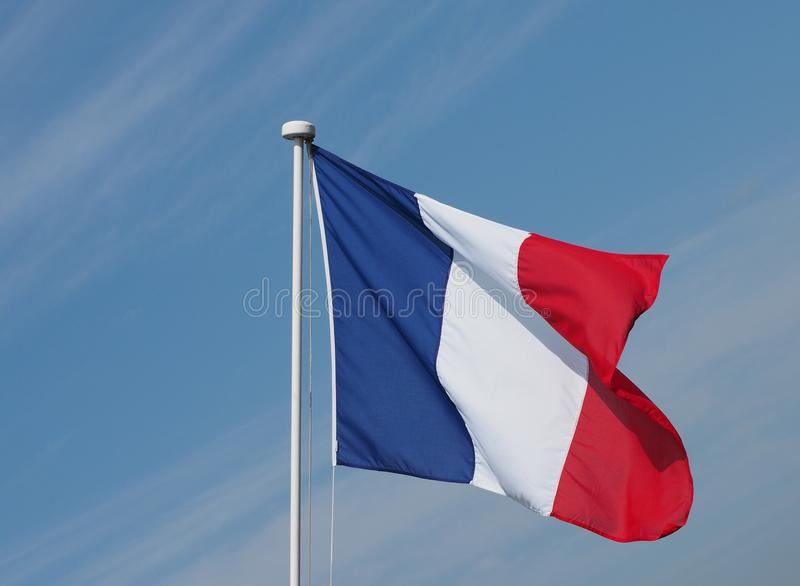 Drapeau français des Frances au-dessus du ciel bleu photo libre de droits