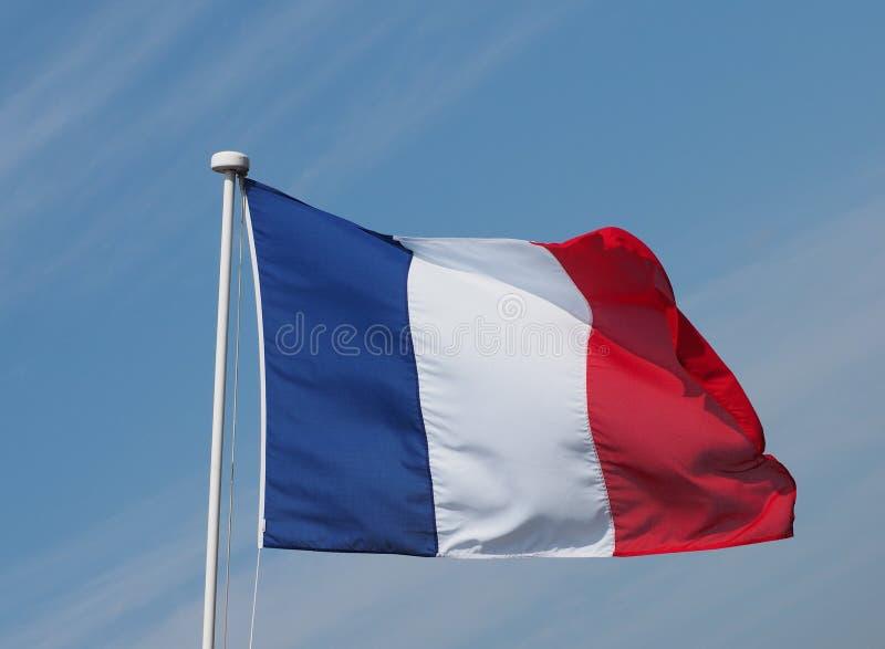 Drapeau français des Frances au-dessus du ciel bleu photo stock