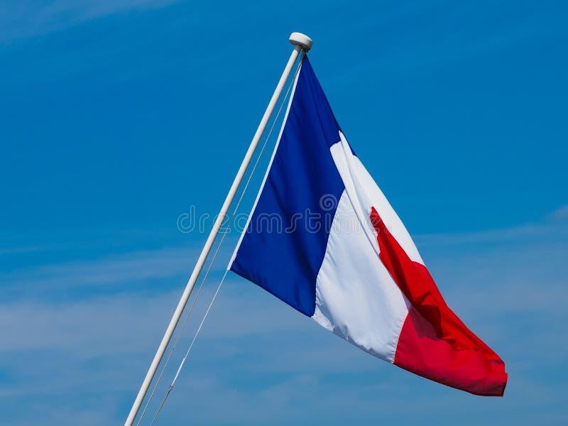 Drapeau français des Frances au-dessus du ciel bleu image stock