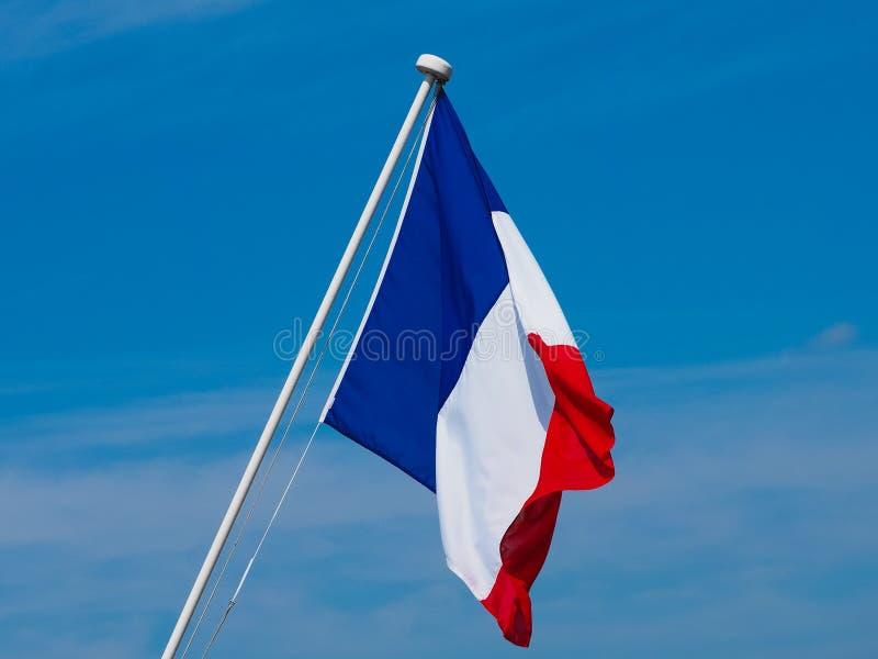 Drapeau français des Frances au-dessus du ciel bleu photos stock