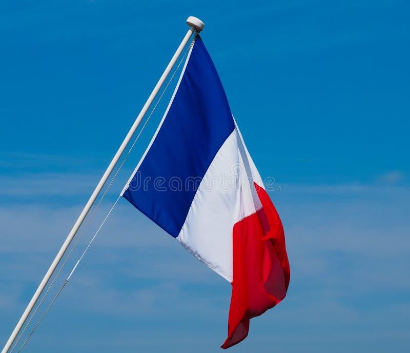 Drapeau français des Frances au-dessus du ciel bleu images stock