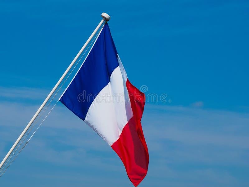 Drapeau français des Frances au-dessus du ciel bleu image libre de droits