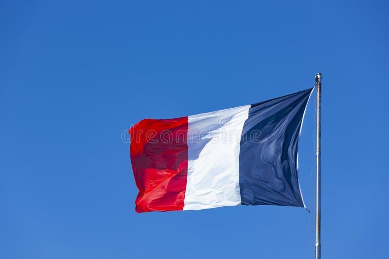 Drapeau français en ciel bleu image stock