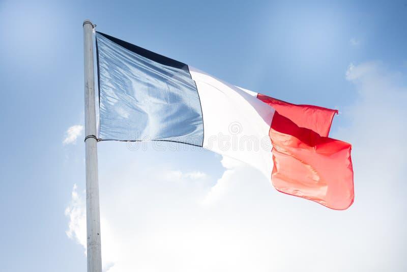 Drapeau français en ciel de vent et de nuage extérieur photographie stock