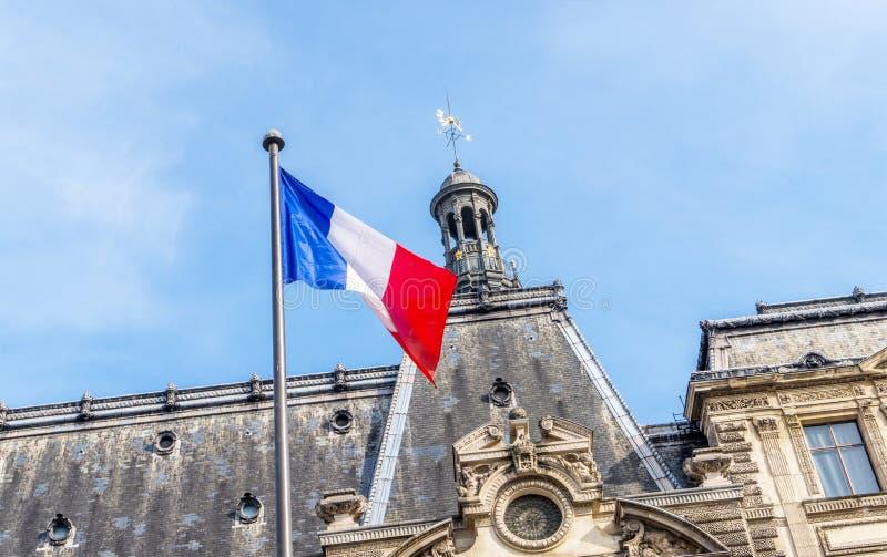 Drapeau français et beau bâtiment images stock