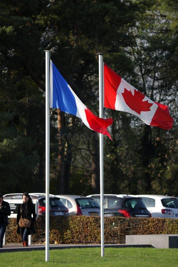 Drapeau français et canadien dans Vimy, France images stock