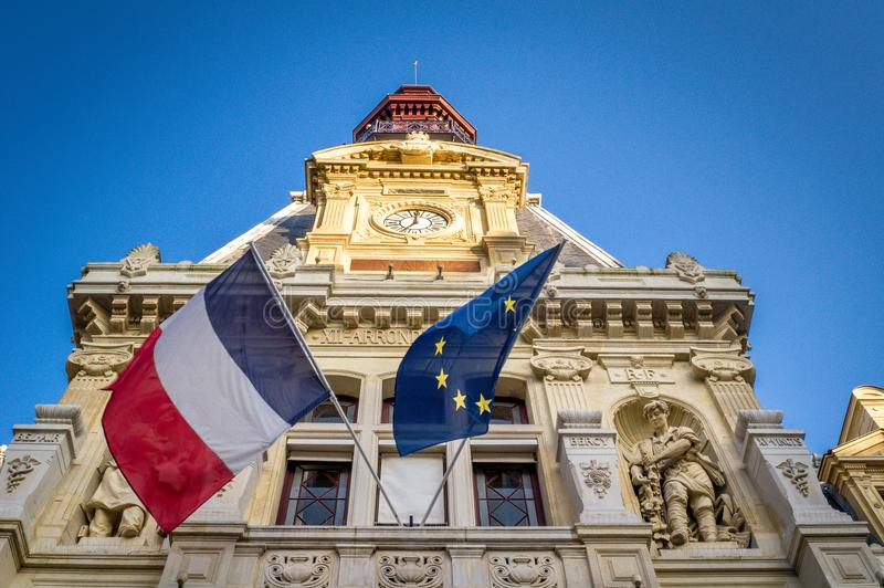 Drapeau français et européen sur le bâtiment image libre de droits