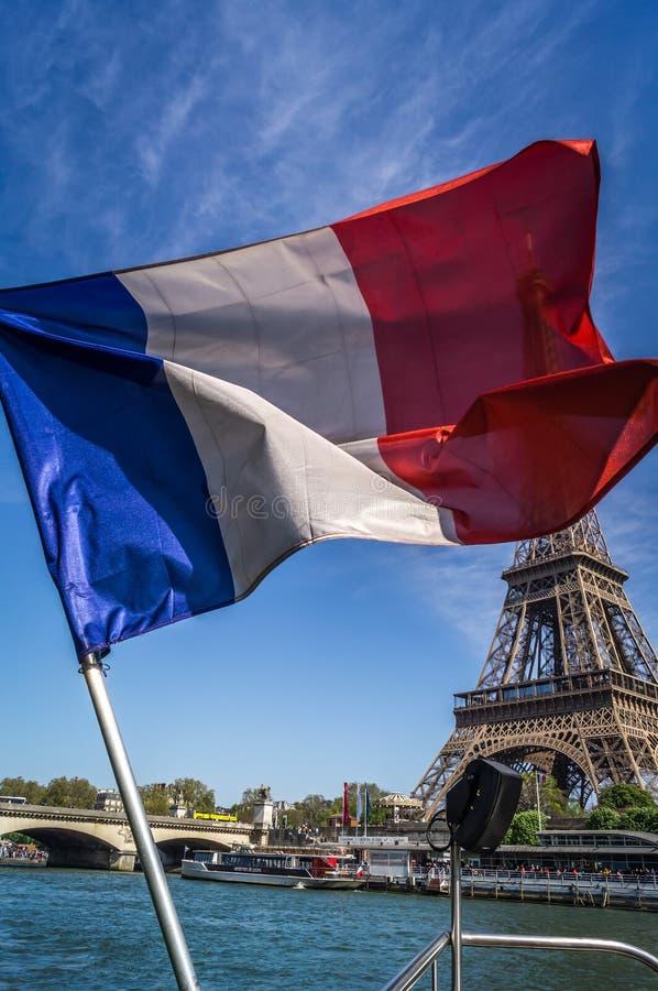 Drapeau français flottant devant Tour Eiffel image libre de droits