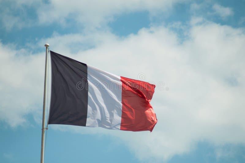 drapeau français flottant sur le fond de ciel nuageux photos stock