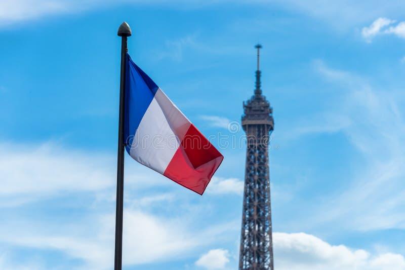 Drapeau français ondulant contre le ciel bleu photo libre de droits
