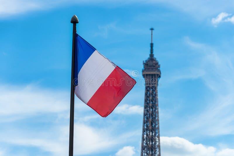 Drapeau français ondulant contre le ciel bleu photographie stock libre de droits