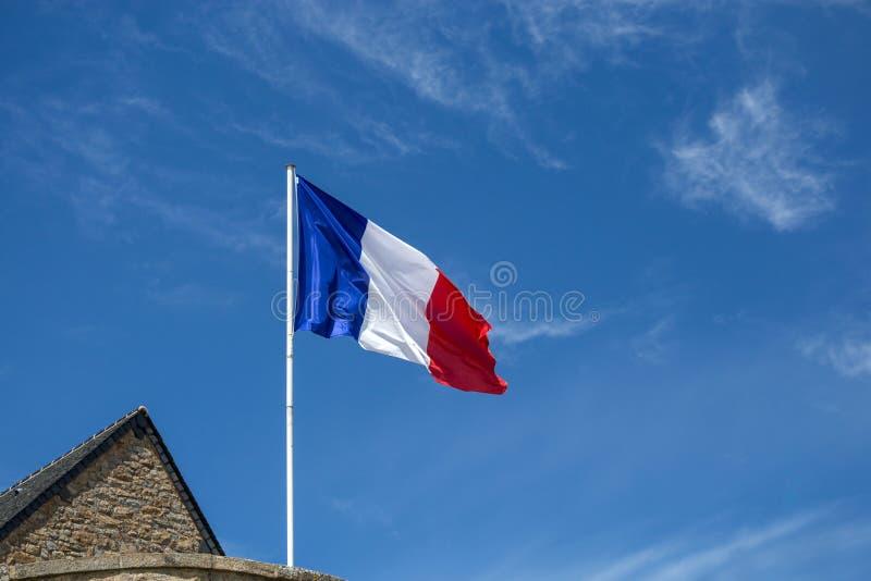 Drapeau français ondulant dans le vent image stock