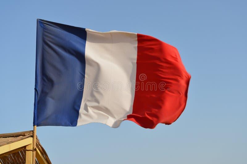 Drapeau français ondulant dans le vent contre le ciel photo libre de droits