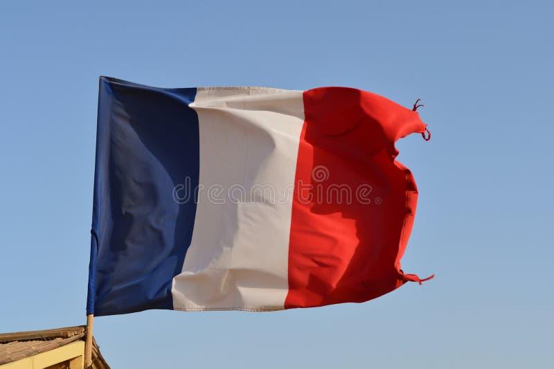 Drapeau français ondulant dans le vent contre le ciel image libre de droits