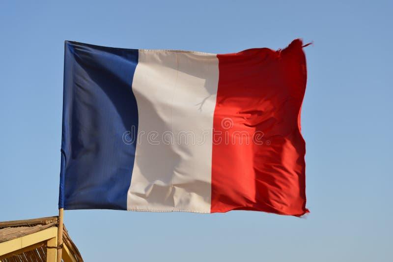 Drapeau français ondulant dans le vent contre le ciel photographie stock