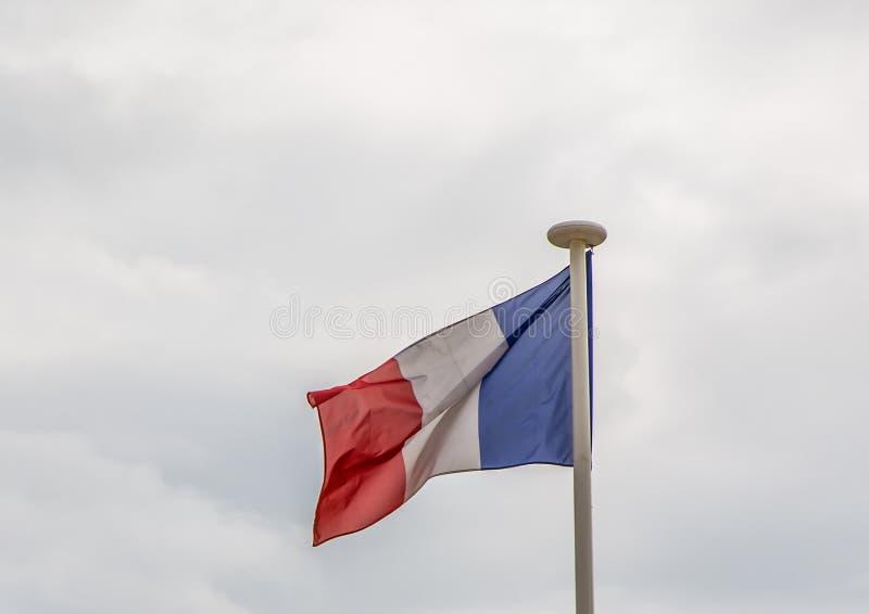 Drapeau français ondulant dans le vent, Paris photos stock