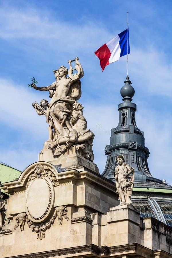 Drapeau français ondulant sur le grand palais Paris, France photos stock