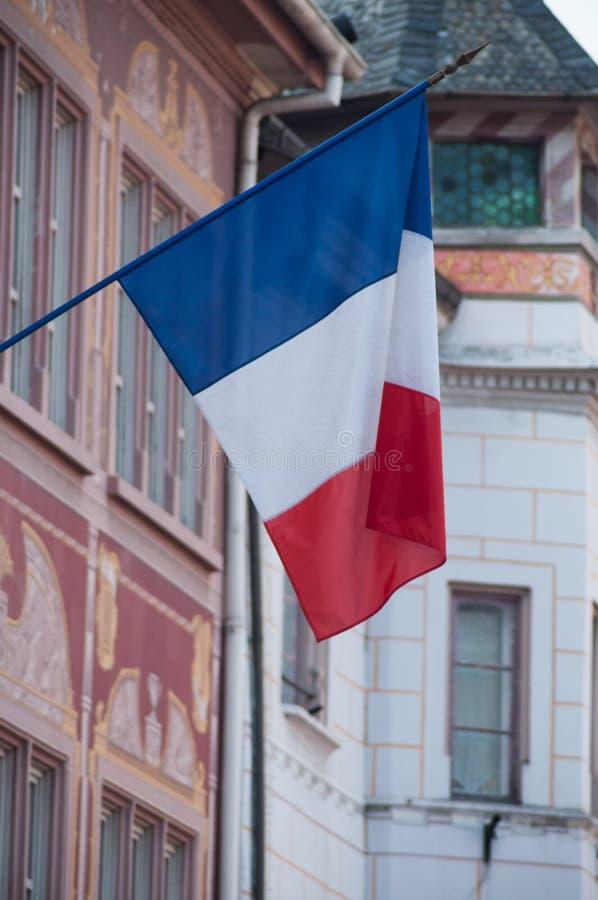 drapeau français sur la façade de bâtiment dans l'endroit de Mulhouse photos stock