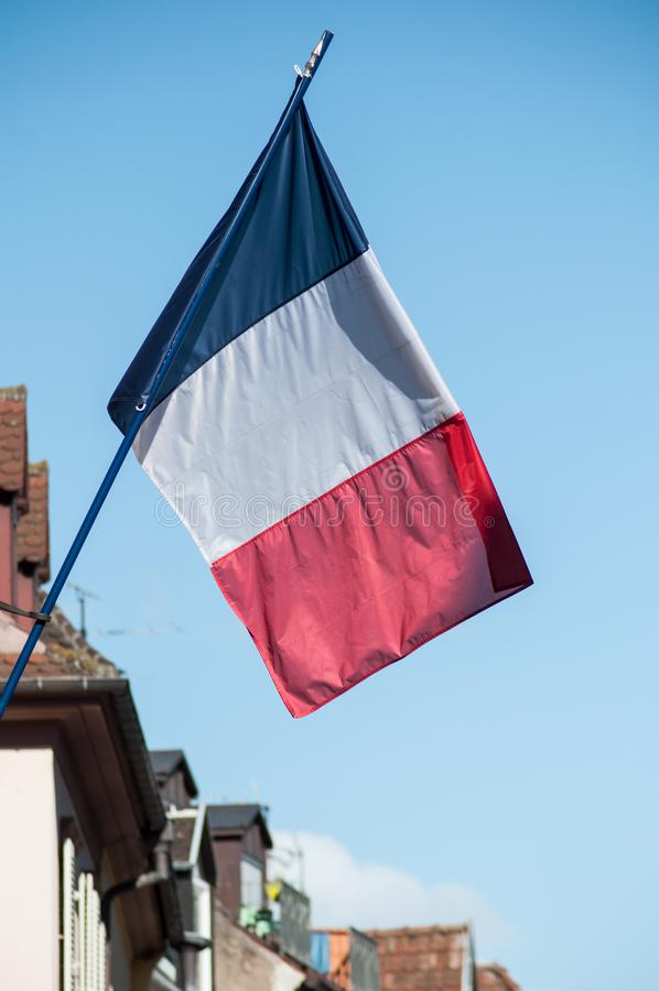 drapeau français sur la façade de bâtiment dans un village asatian photos stock
