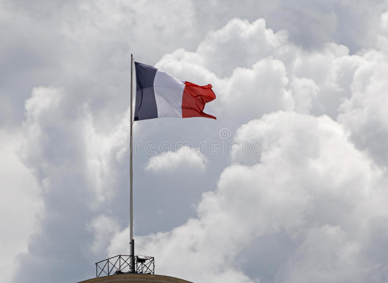 Drapeau français sur la hampe de drapeaux à Paris image stock
