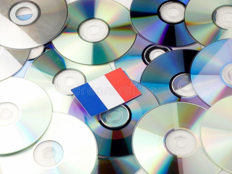 Drapeau français sur la pile de CD et de DVD d'isolement sur le blanc photos libres de droits