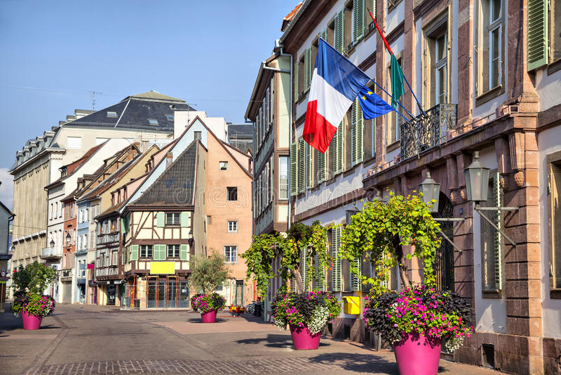Drapeau français sur le bâtiment à Colmar image libre de droits