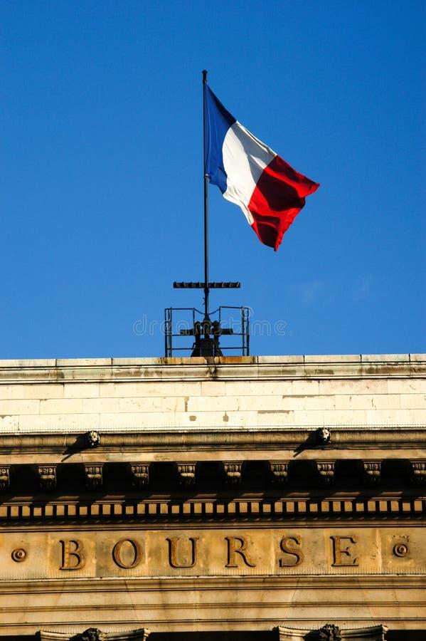 Drapeau français sur le bâtiment de bourse des valeurs  photographie stock