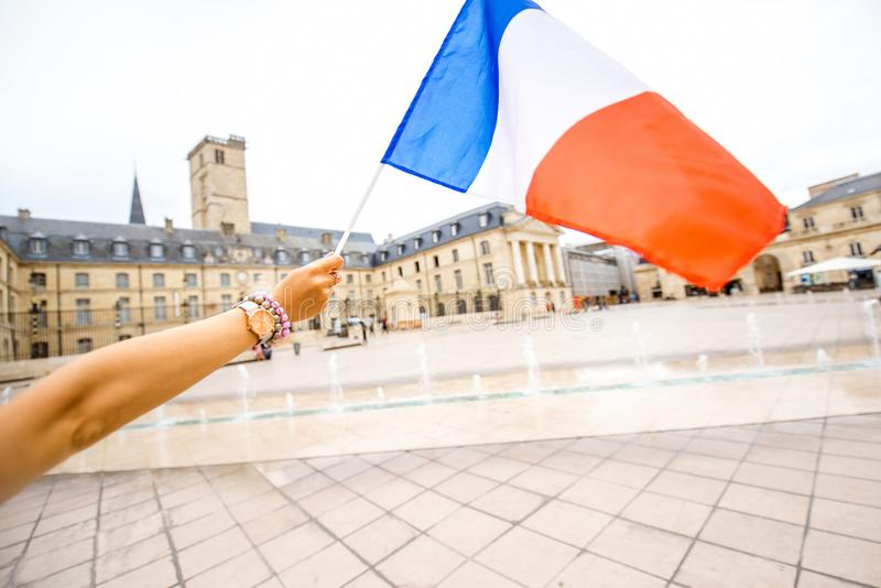 Drapeau français sur le backgorund de ville de Dijon image libre de droits