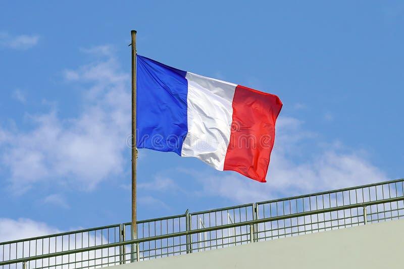 drapeau français sur le fond de ciel bleu images stock