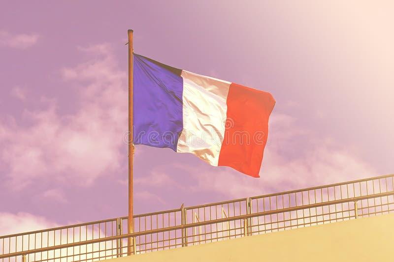 drapeau français sur le fond de ciel bleu image libre de droits