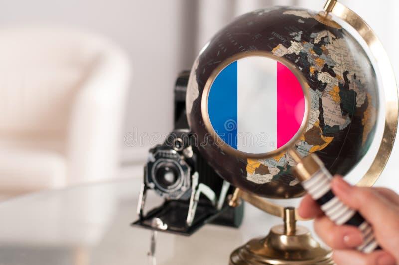 Drapeau français sur le globe sous l'agrandissement photos stock