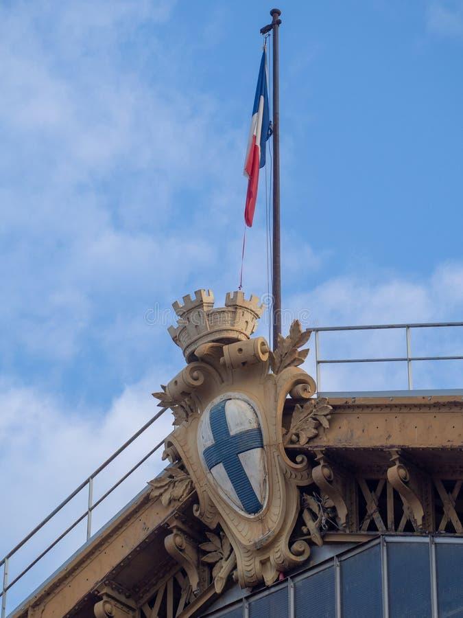 Drapeau français sur le toit de la station de train de Marseille image stock
