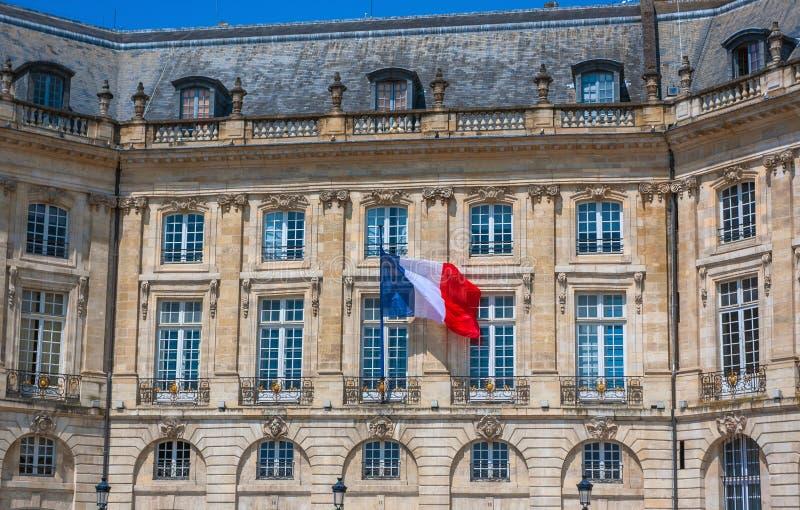 Drapeau français sur un bâtiment en Bordeaux photos stock