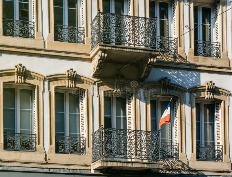 Drapeau français sur un balcny photo libre de droits