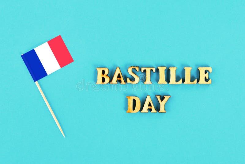 Drapeau français sur un fond bleu Le concept des vacances est le 14 juillet, le jour de la bastille photo libre de droits