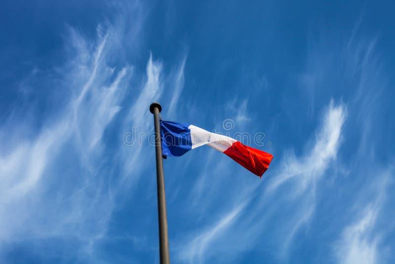 Drapeau français sur un fond de ciel bleu image stock