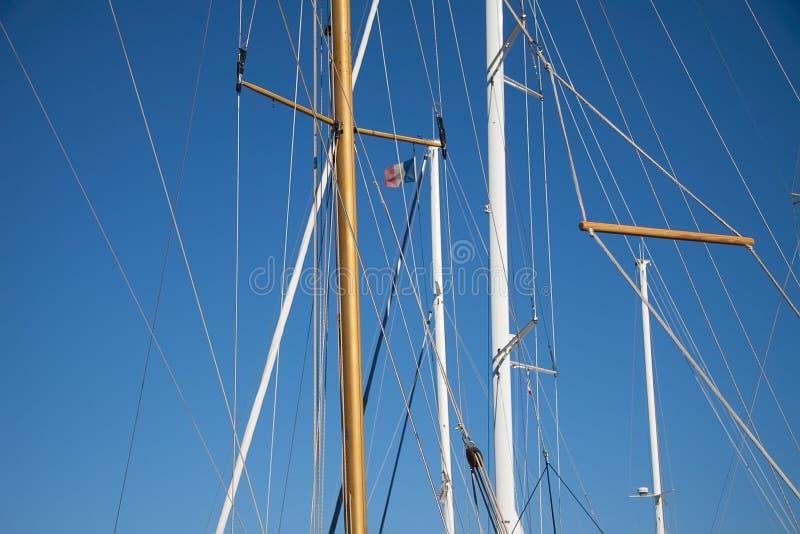 Drapeau français sur un mât contre le ciel bleu images stock