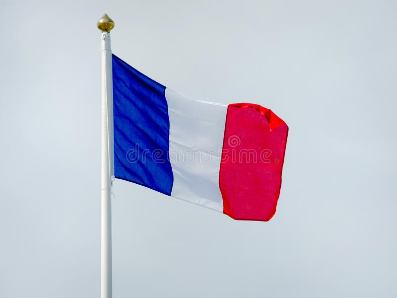 Drapeau français sur un mât de drapeau photographie stock