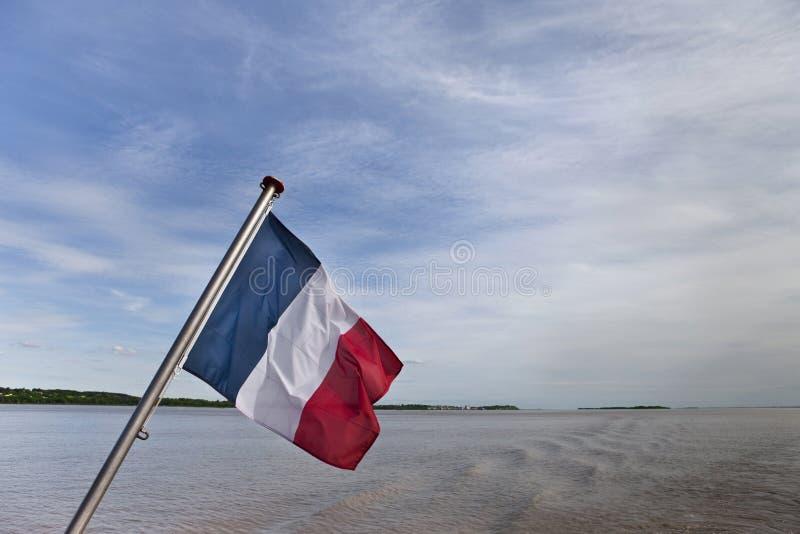 Drapeau français sur une rivière images libres de droits