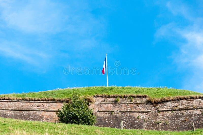 Drapeau français sur une vieille forteresse image libre de droits