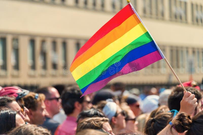 Drapeau gai d'arc-en-ciel au Gay Pride d'homosexuel de Montréal image stock